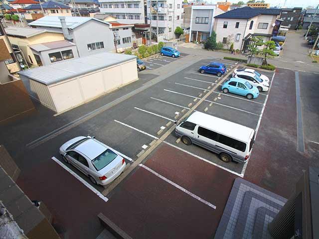 オーパス新潟 広々とした駐車場