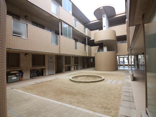 建物に囲まれた広い中庭